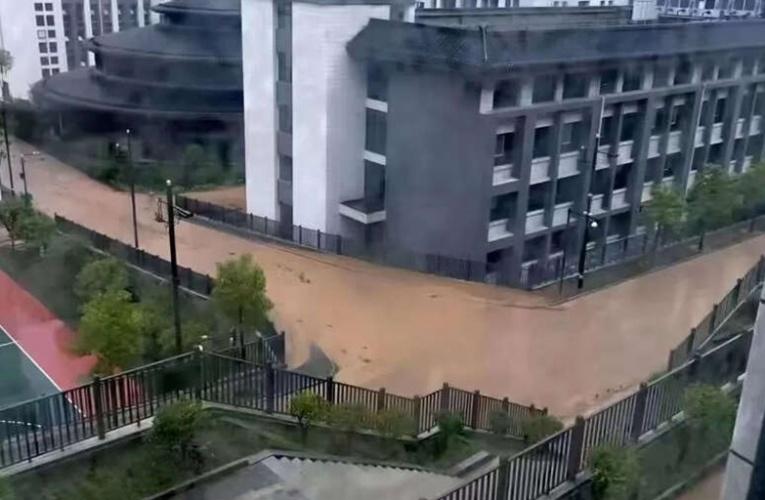 陕西特大暴雨:街道水深齐腰 车辆被淹只露车顶(视频)