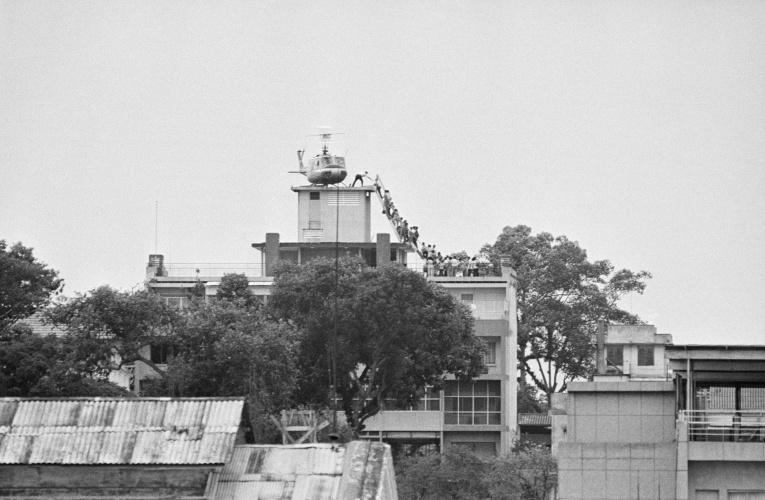 1975年美军逃离西贡老照片:史上最大直升机撤离行动