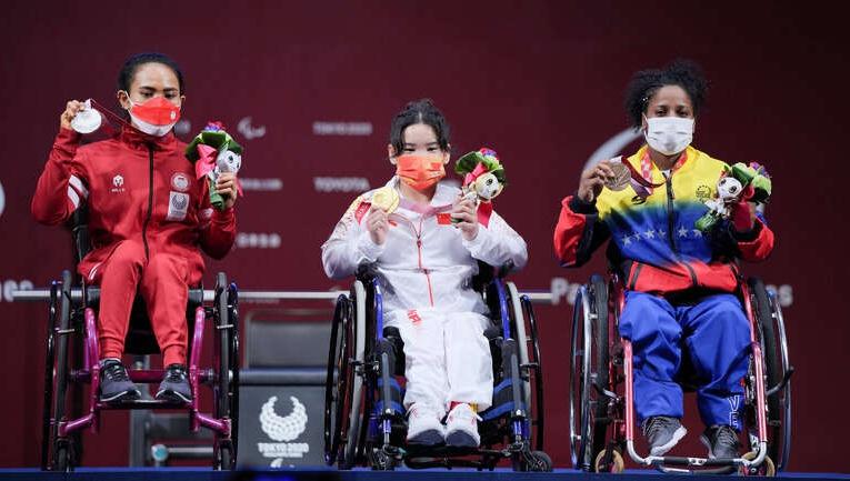 残奥会中国举重选手郭玲玲破纪录夺金又破世界纪录!
