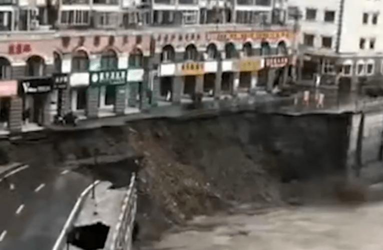骇人:陕西暴雨导致一小区门前垮塌 秒成陡崖