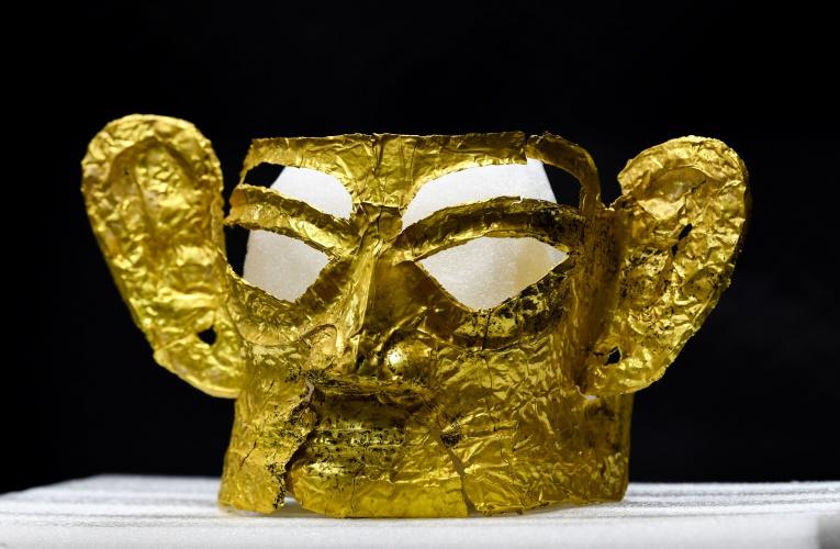 扭头跪坐人像、完整黄金面具 三星堆考古进入高潮阶段