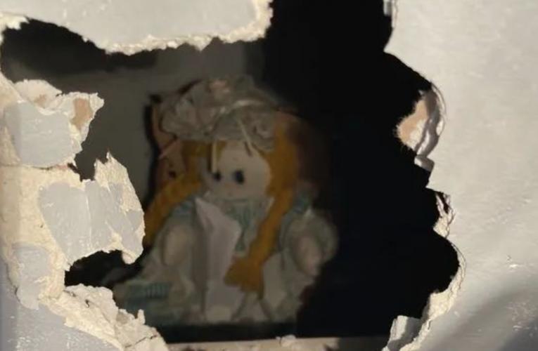 英国男在新房墙里发现旧娃娃,手捏纸条内容太惊悚!