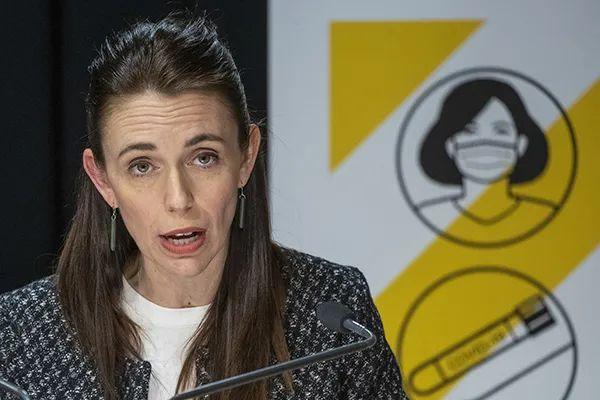 新西兰总理杰辛达·阿德恩宣布放弃防疫清零政策